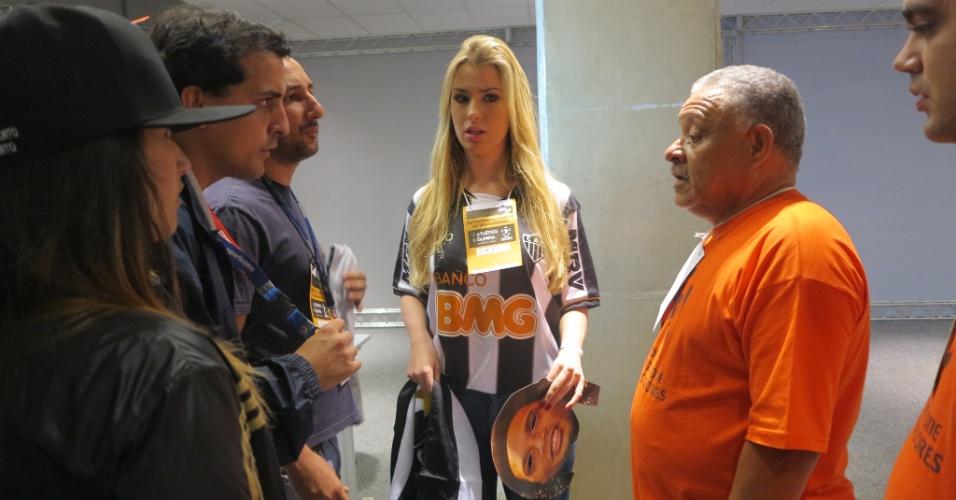 25.jul.2013 - Sem credencial, ex-BBB Fernanda é barrada por fiscal ao tentar entrar no gramado