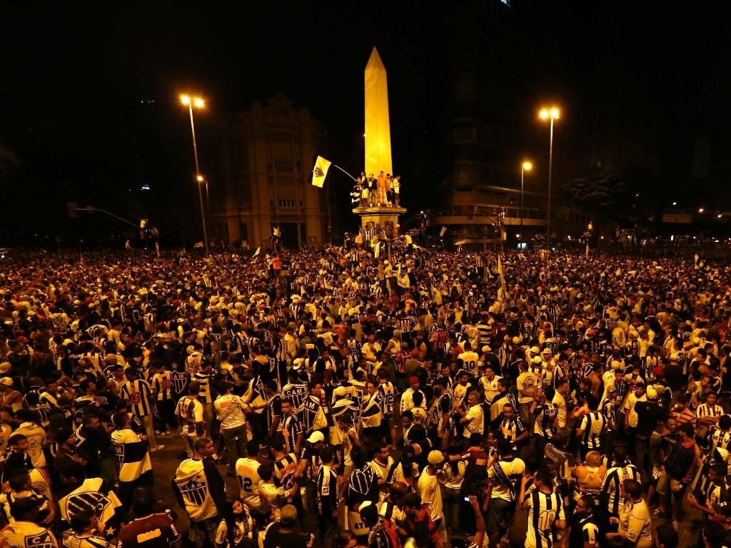 25.jul.2013 - Torcedores do Atlético-MG lotam Praça Sete para comemoração do título