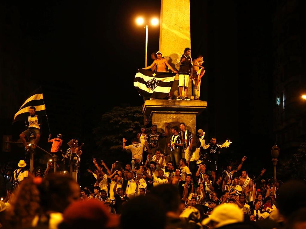 25.jul.2013 - Torcedores do Atlético-MG vibram com título atleticano na Praça Sete