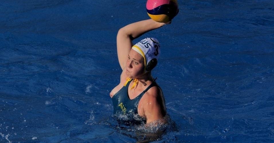Australiana Hannah Buckling teve o maiô puxado durante dividida no polo aquático e ficou com seios à mostra