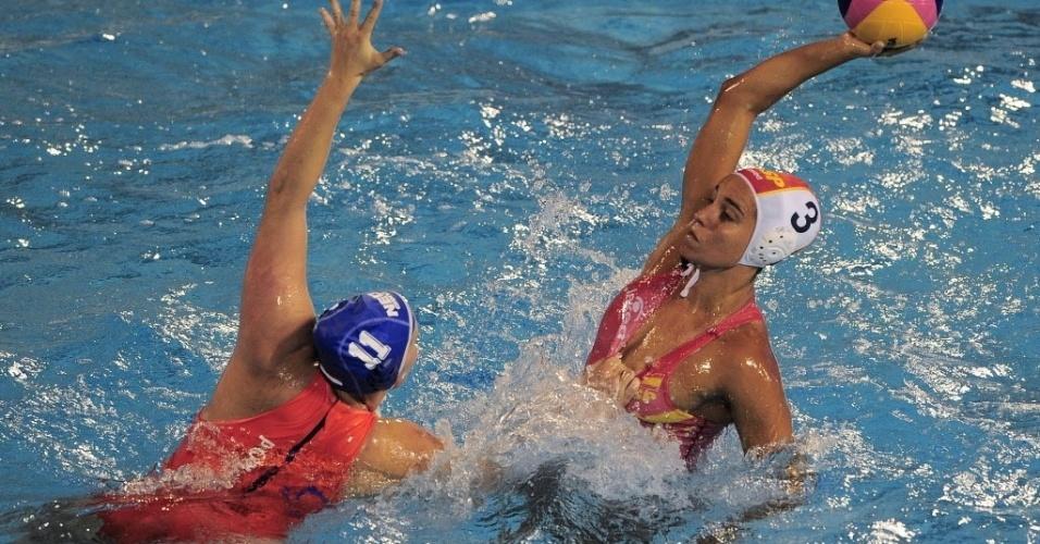 Espanhola Lorena Miranda leva golpe baixo durante partida de polo aquático contra a Holanda