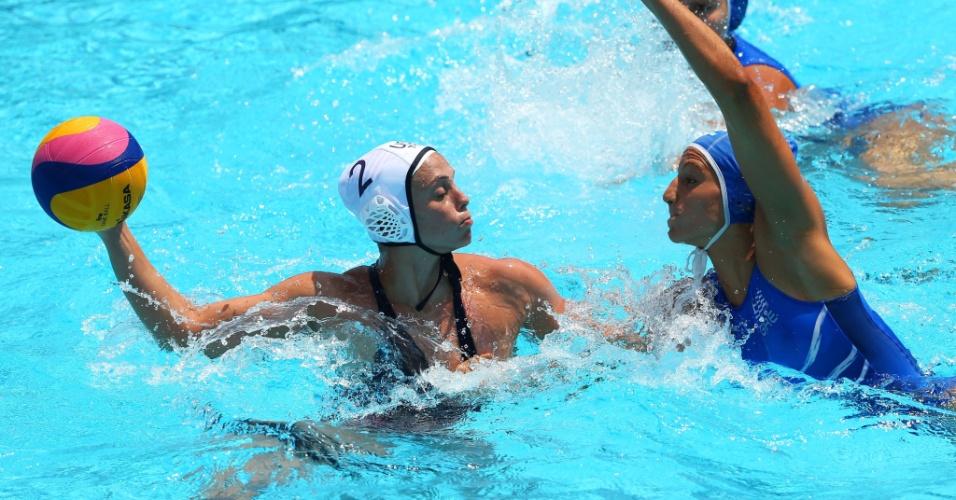 Norte-americana Lauren Silver tem maiô puxado por rival grega, mas se mantém debaixo d'água