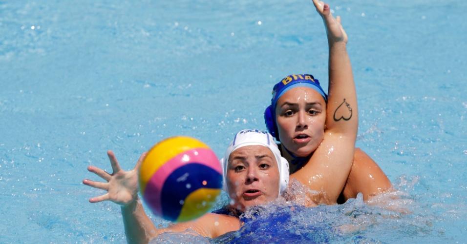 25.jul.2013 - Tatuagem de coração da italiana Valeria Palmieri fica à mostra durante de polo contra o Brasil no Mundial de esportes aquáticos em Barcelona