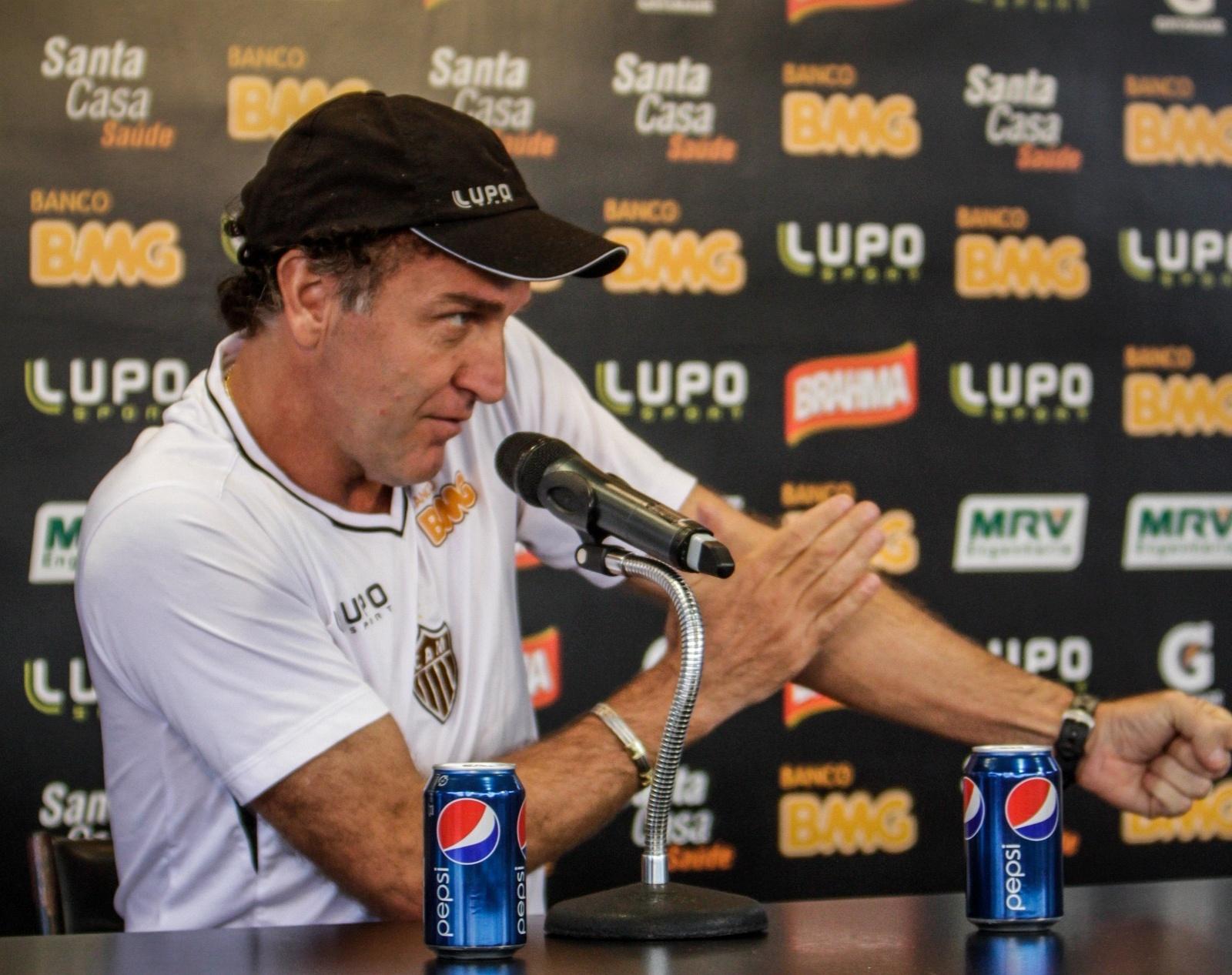 26 jul 2013 - Técnico Cuca fala em humildade e respeito aos outros clubes durante entrevista coletiva