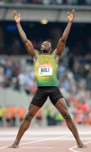 26.jul.2013 - Descalço, Usain Bolt faz nova pose para comemorar vitória nos 100 m rasos na Liga de Diamante em Londres