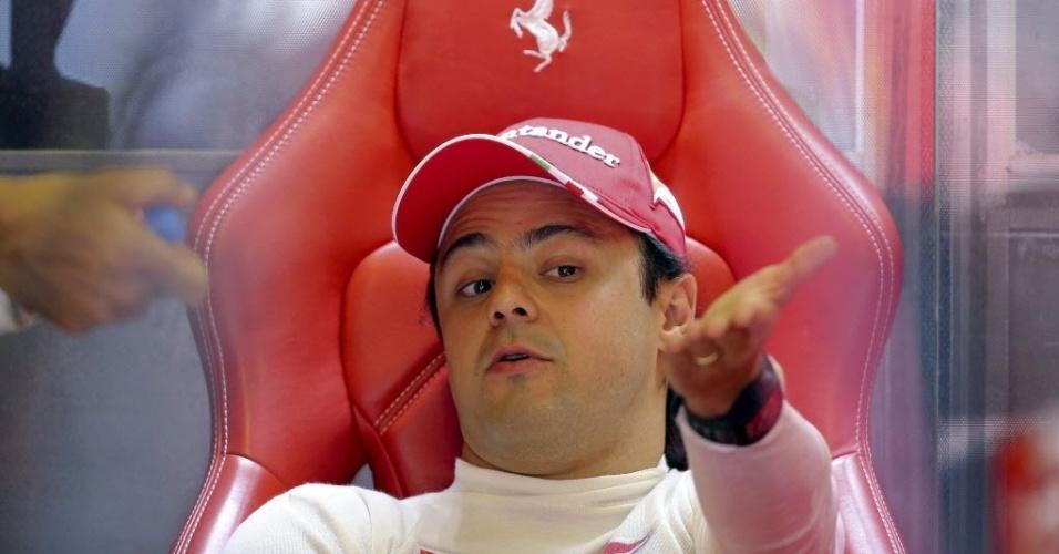 26.jul.2013 - Felipe Massa gesticula nos boxes da Ferrari antes de ir para a pista nos treinos livres para o GP da Hungria