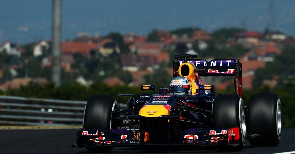 26.jul.2013 - Sebastian Vettel acelera sua Red Bull pelo circuito de Hungaroring durante os treinos livres para o GP da Hungria