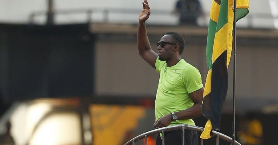 26.jul.2013 - Usain Bolt acena durante desfile sobre carro em forma de foguete no Estádio Olímpico de Londres antes de disputar os 100 m rasos na Liga de Diamante