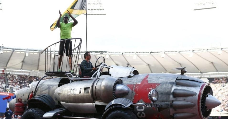 26.jul.2013 - Usain Bolt desfila sobre carro em forma de foguete no Estádio Olímpico de Londres antes de disputar os 100 m rasos na Liga de Diamante