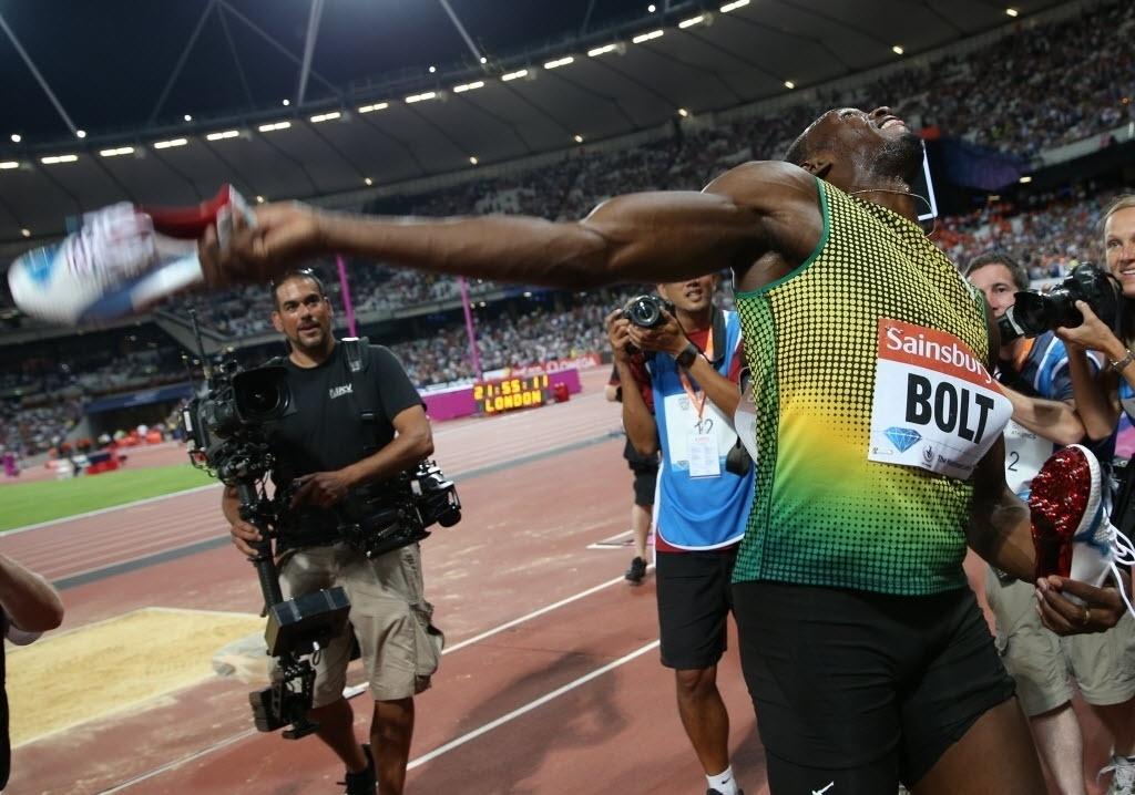 26.jul.2013 - Usain Bolt joga tênis para o público após vencer os 100 m rasos da etapa de Londres da Liga de Diamante