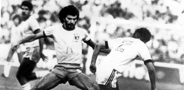 Sócrates, capitão da seleção em 1982, alfinetou a postura de um colega de equipe
