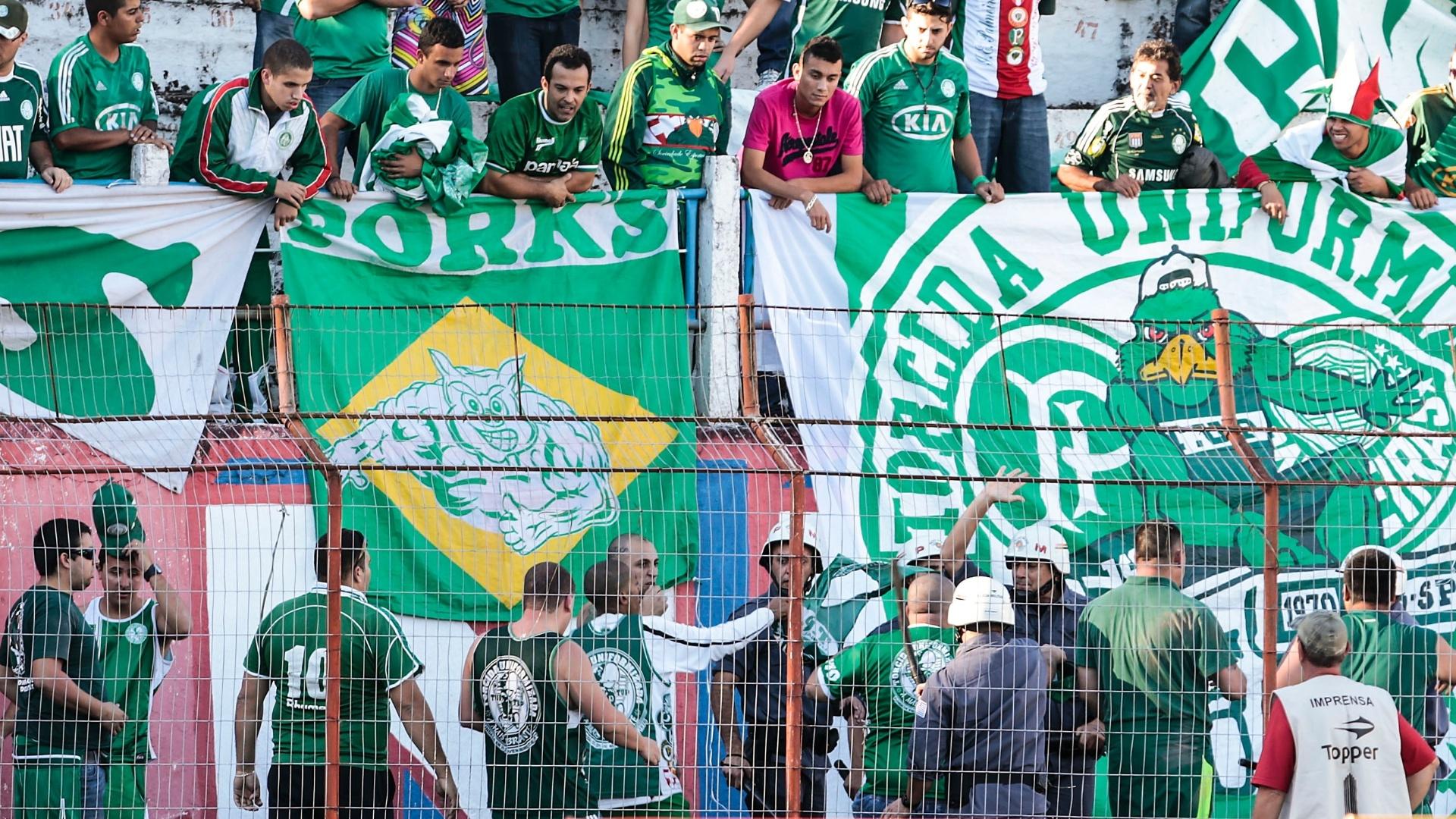 27-07-2013 - Torcedores do Palmeiras entraram em confronto antes da partida contra o Guaratinguetá