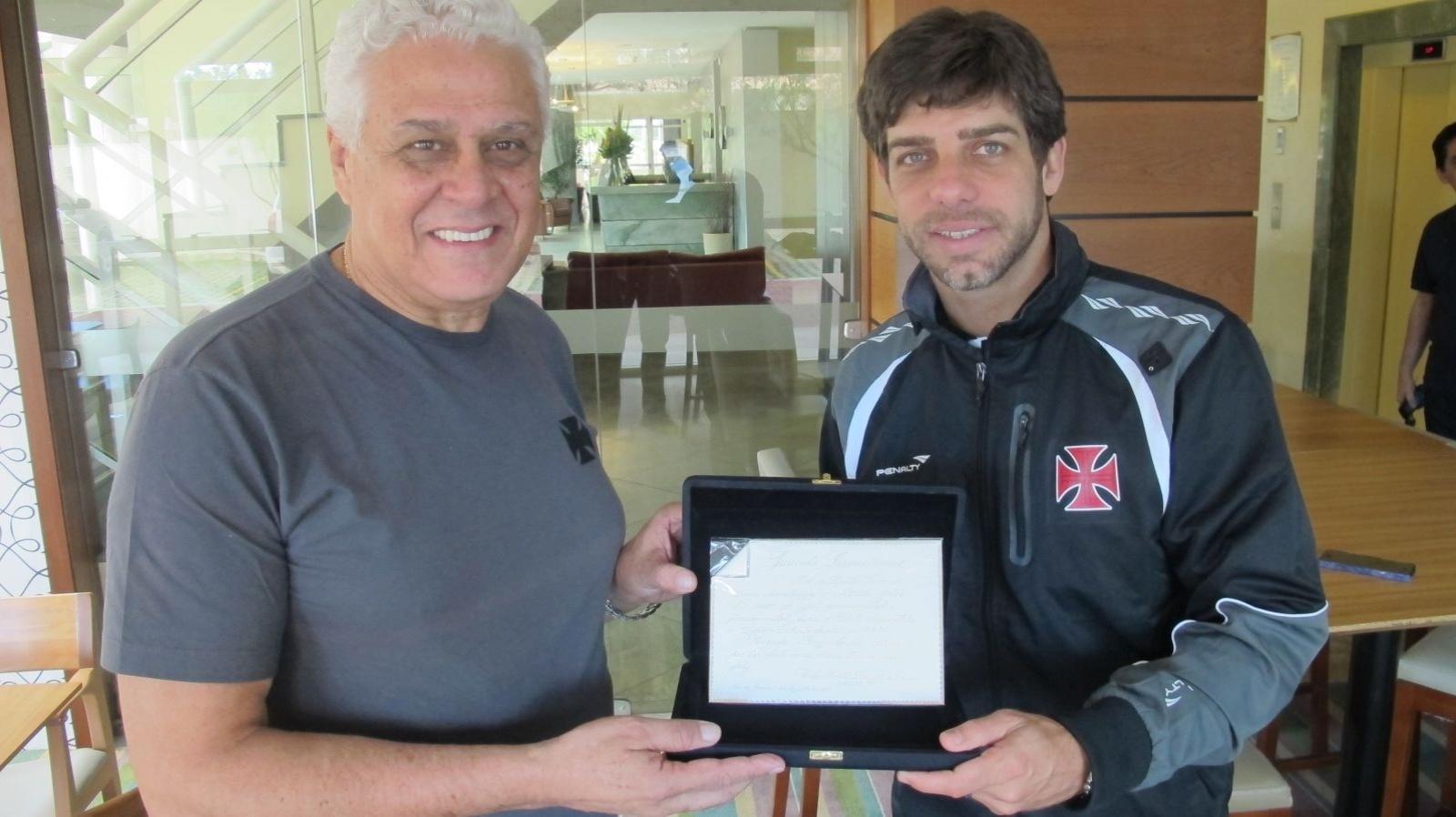 Dinamite entrega placa e faz homenagem a Juninho por gol marcado em 1998