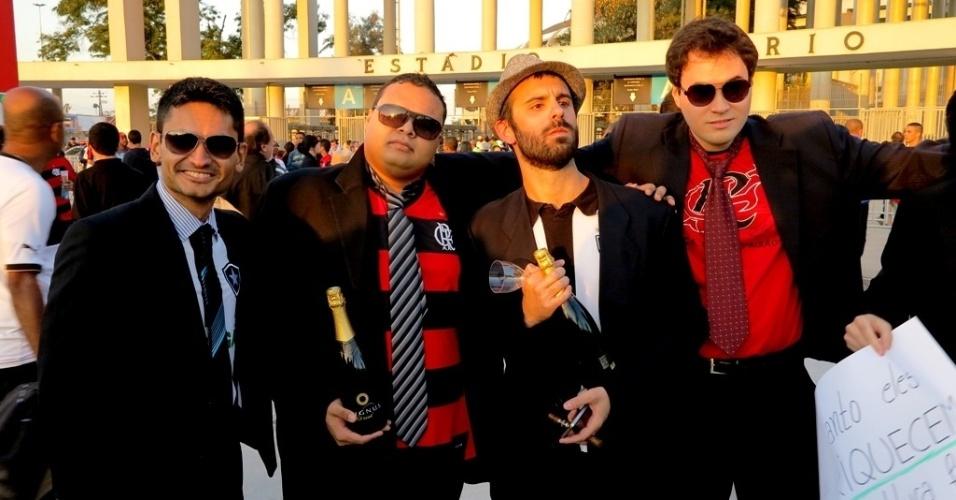 28.jul.2013 Torcidas de Bota e Fla protestaram com terno e gravata antes de jogo no Maracanã