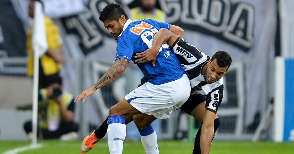 Atacante Luan tenta se livrar da marcação do Atlético-MG