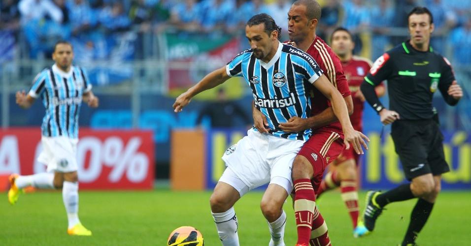 Centroavante Barcos domina a bola antes de se livrar da marcação do Fluminense