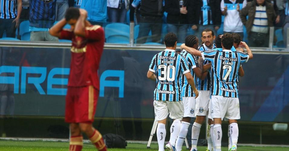 Jogadores do Grêmio celebram gol de Riveros no início do segundo tempo