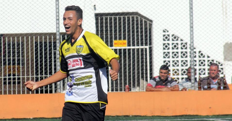 Marcelo comemora primeiro gol do Jardim Peri-Gesan na vitória por 2 a 0 sobre o Vasco, da Vila Galvão