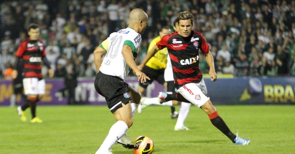 Meia Alex arrisca o drible no duelo entre Coritiba e Vitória