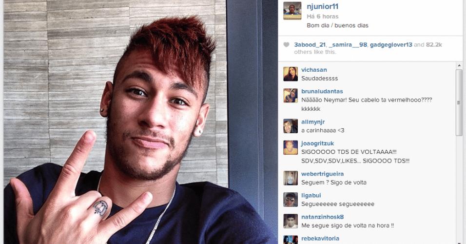 Neymar, de cabelo vermelho, chegou a Barcelona