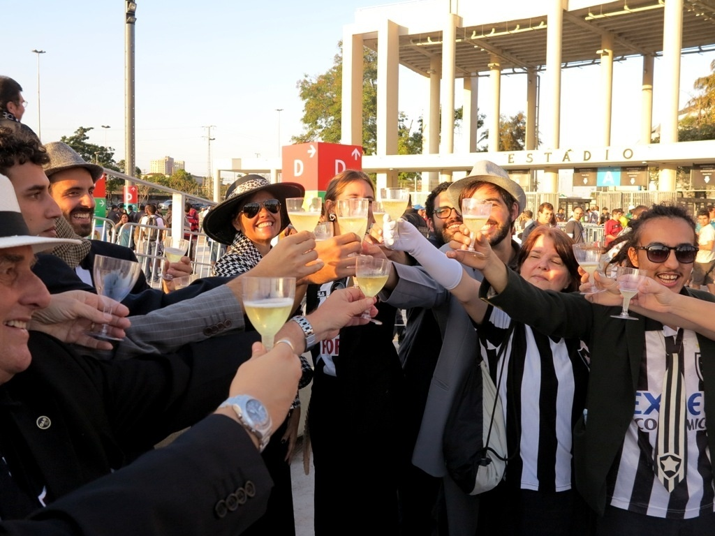 Torcedores do Botafogo brindam com champanhe durante protesto no Maracanã