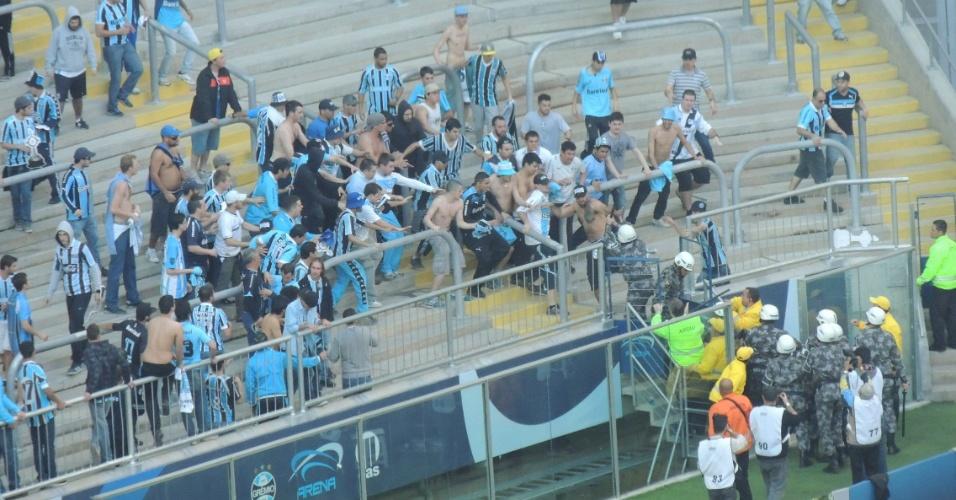 Torcedores do Grêmio 'expulsam' policiais da arquibancada da Arena (28/07/2013)