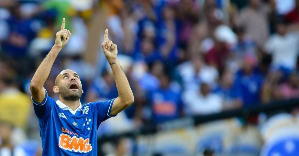 Zagueiro Bruno Rodrigo comemora gol marcado por Ricardo Goulart