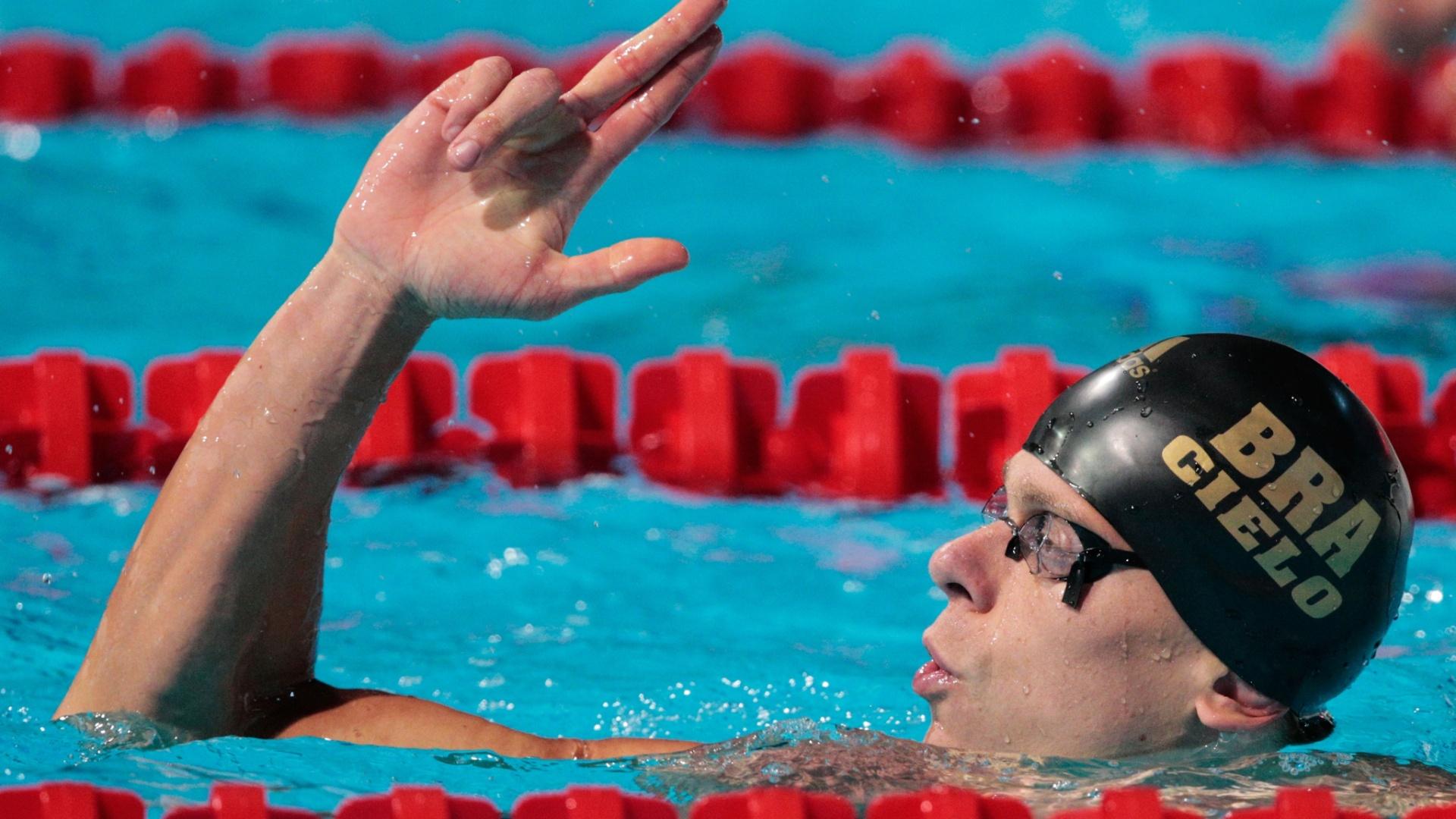 28.jul.2013 - Cesar Cielo comemora a vitória em sua semifinal dos 50 m borboleta simulando um tiro no placar