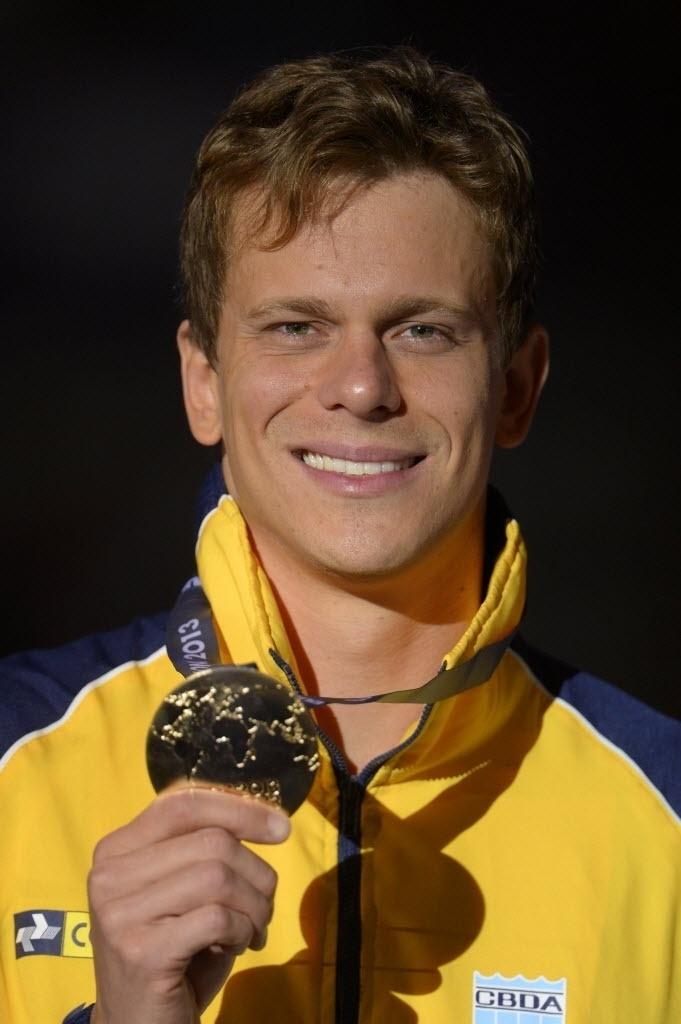 29.jul.2013 - Cesar Cielo mostra medalha de ouro conquistada nos 50 m borboleta no Mundial de Barcelona