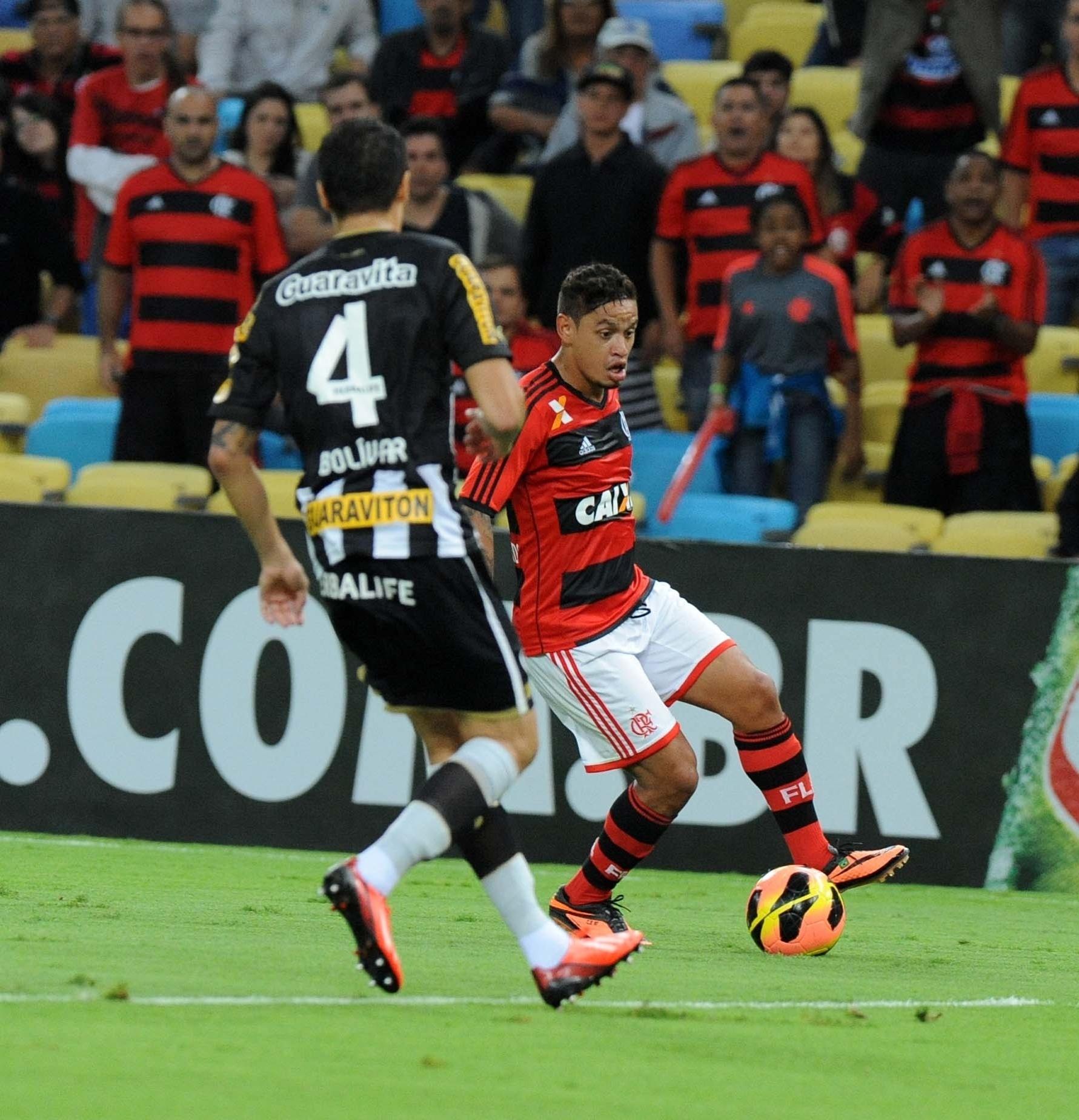 Carlos Eduardo enfrenta marcação de Bolívar durante clássico entre Flamengo e Botafogo