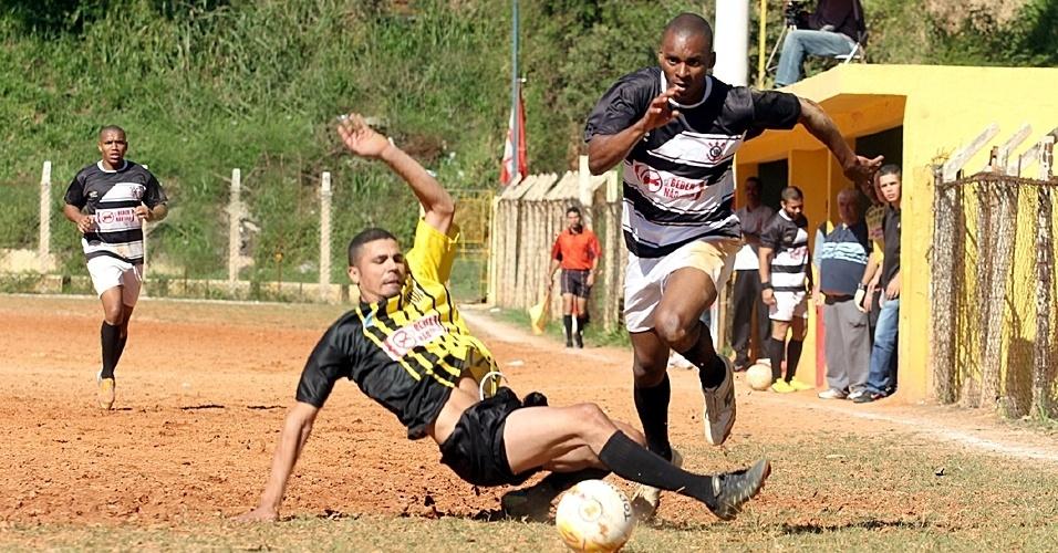 Corinthians, da Vila Yara, e Peñarol, de Pirituba (de amarelo), empataram em 2 a 2 e comemoram classificação para as oitavas de final na Série B