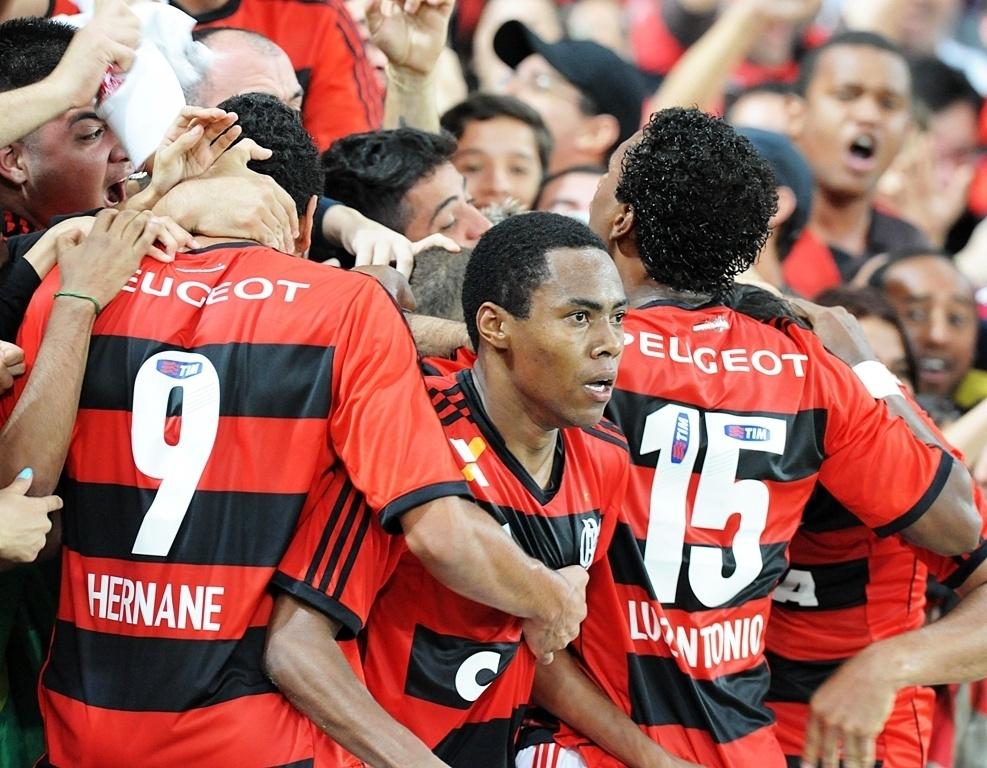 Elias comemora gol do Flamengo junto com a torcida, no Maracanã