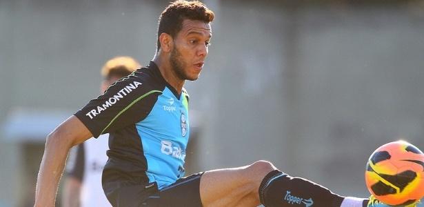 Souza se despediu dos companheiros de Grêmio. Volante reforça o SP em troca de Rhodolfo