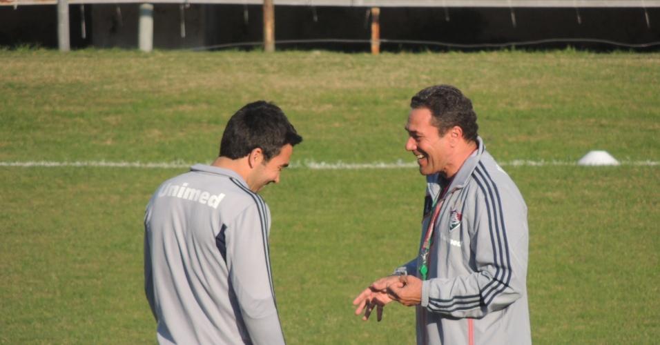 30.jul.2013 - Deco (e) conversa com Vanderlei Luxemburgo antes do treinamento do Fluminense