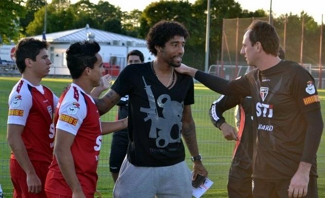 30.julho.2013 -  O zagueiro Dante visita treino do São Paulo em Munique