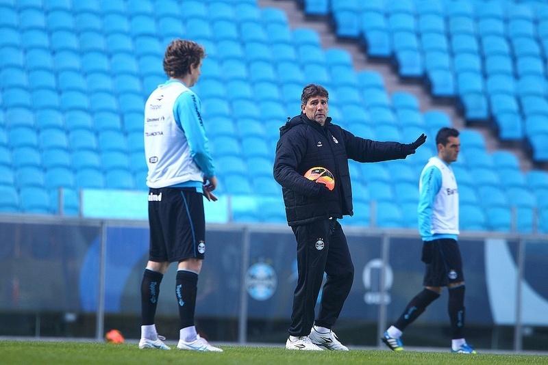 Gabriel ouve orientações do técnico Renato Gaúcho em treinamento do Grêmio