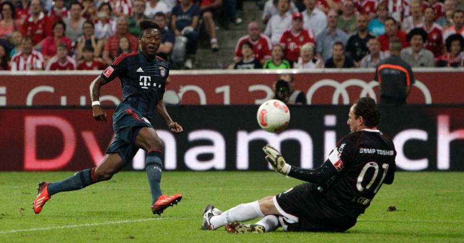 31.jul.2013 - Após receber bom passe de Ribery, Alaba saiu na cara de Rogério Ceni, que conseguiu a defesa com os pés