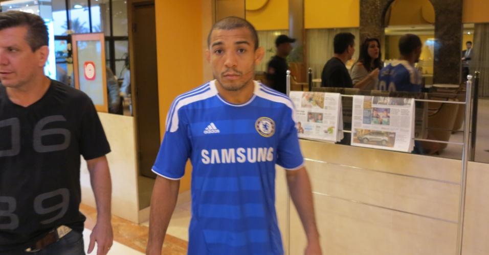 Com camisa do Chelsea, José Aldo chega ao hotel que hospeda os lutadores na zona Sul do Rio, junto ao técnico Dedé Pederneiras; ele encara o Zumbi Coreano no UFC Rio 4