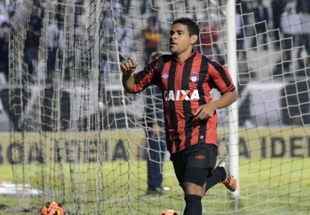 O atacante Ederson marcou o gol da vitória do Atlético-PR sobre o Atlético-MG