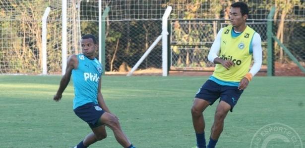 O lateral direito Vítor realiza um treinamento no CT do Goiás