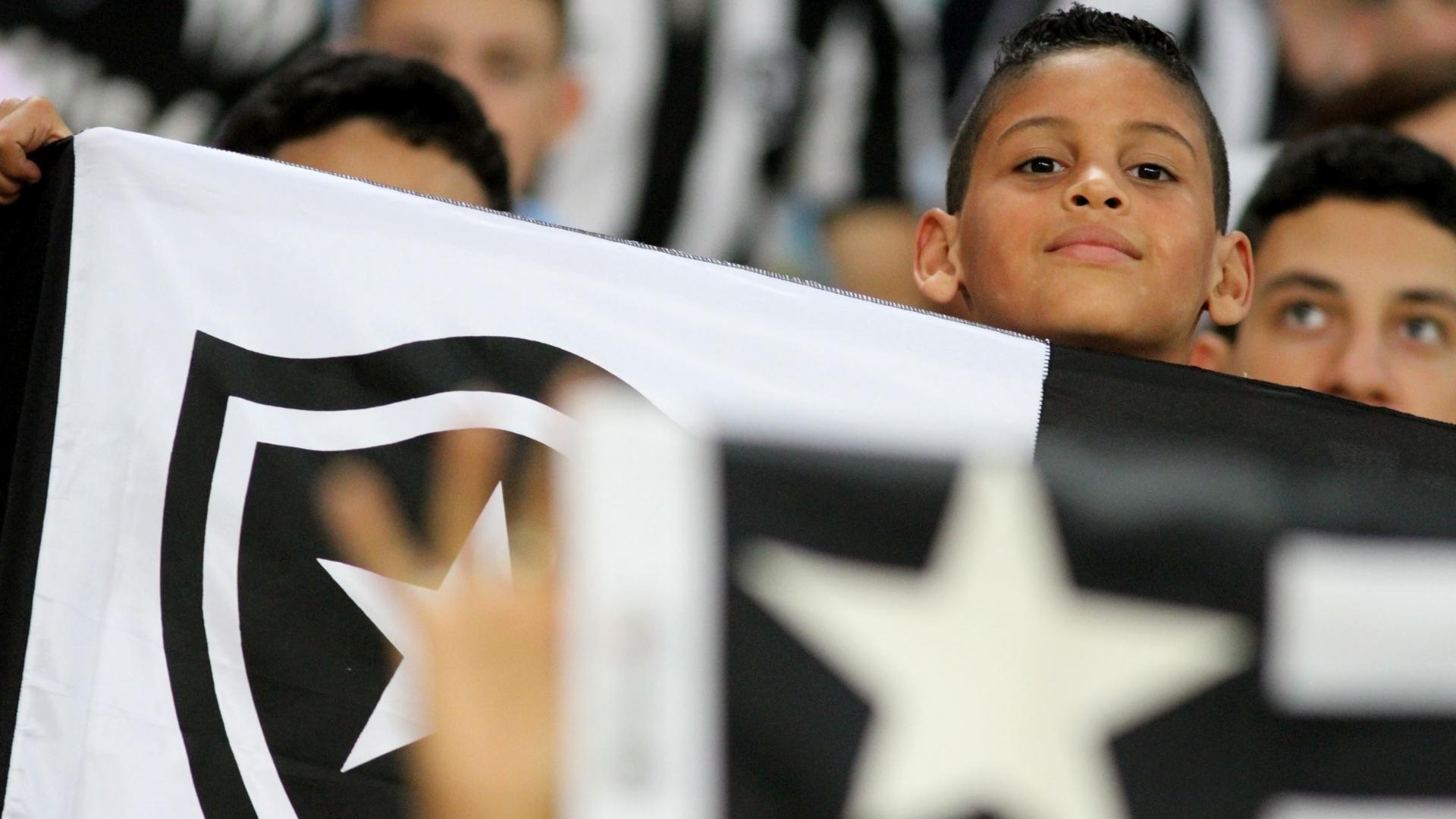 01.08.2013 - Torcida do Botafogo faz a festa para partida contra o Vitória no Maracanã