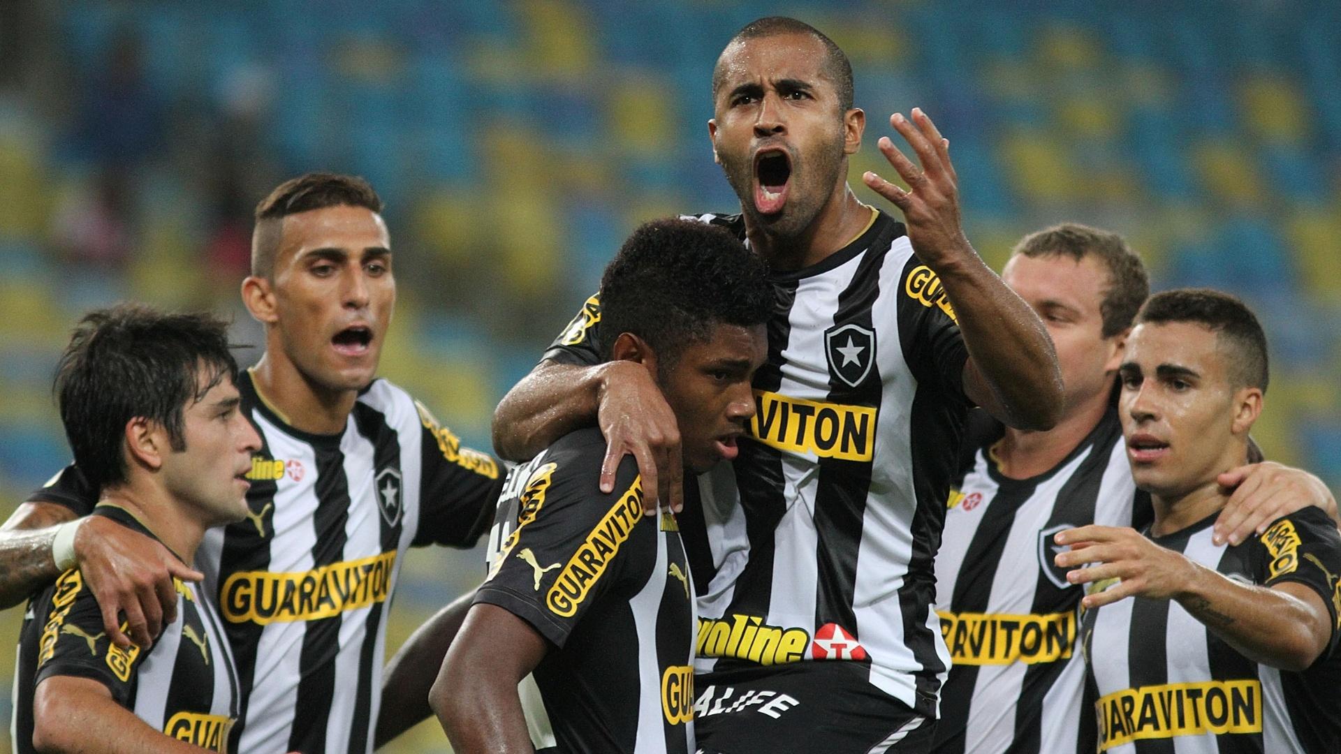 01.08.2013 - Vitinho é abraçado por Julio Cesar ao comemorar gol do Botafogo contra o Vitória pelo Brasileirão