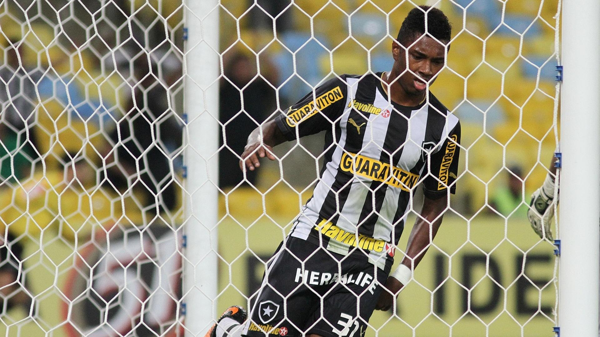 01.08.2013 - Vitinho marcou para o Botafogo no primeiro tempo da partida contra o Vitória