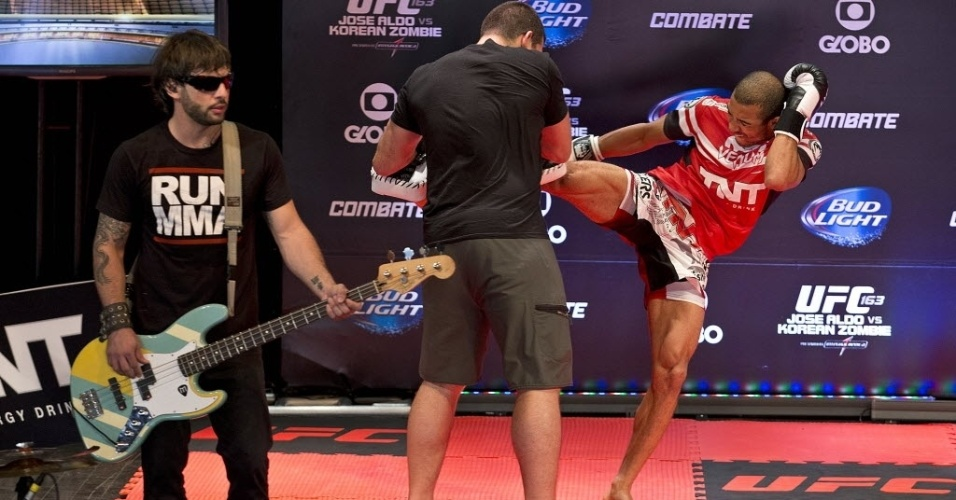 01.ago.2013 - Banda Tihuana toca enquanto José Aldo faz treino aberto para o UFC Rio 4 no Circo Voador
