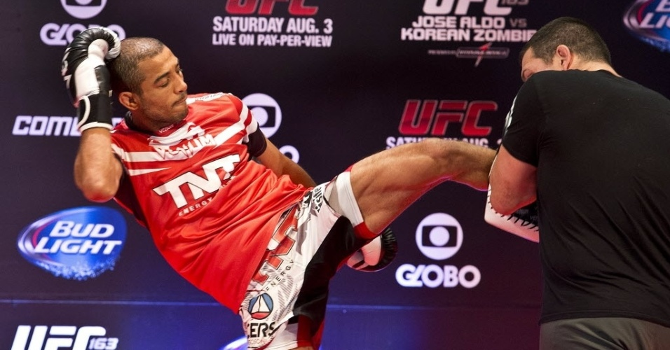 01.ago.2013 - Brasileiro José Aldo (e) participa do treino aberto do UFC Rio no Circo Voador