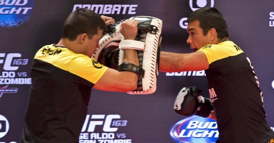 01.ago.2013 - Brasileiro Lyoto Machida (d) participa do treino aberto do UFC Rio no Circo Voador