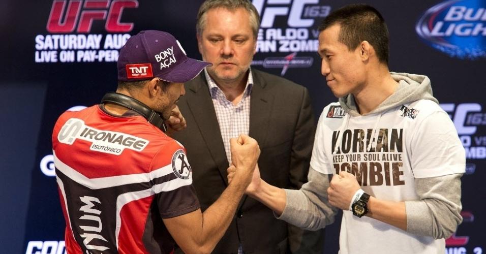 01.ago.2013 - Rivais na luta principal do UFC Rio 4, José Aldo (e) e Zumbi Coreano se encaram após coletiva no Circo Voador