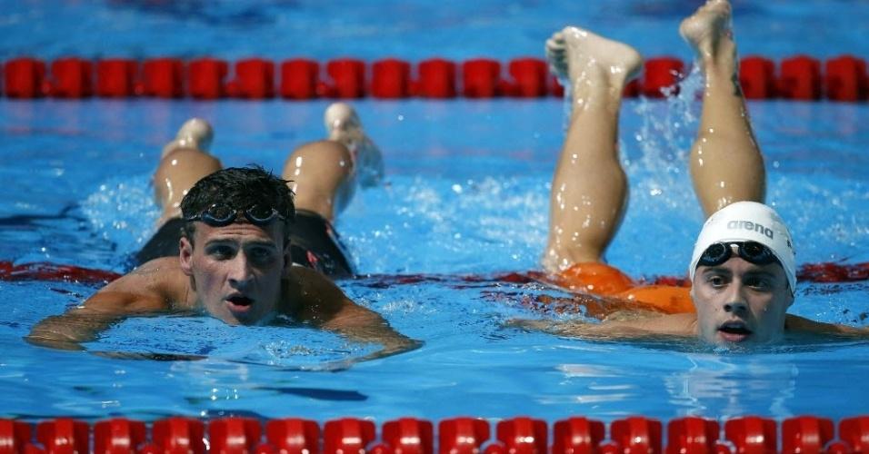 1.ago.2013 - Ryan Lochte (esq) e Thiago Pereira deixam a piscina após a final dos 200 m medley; Pereira ficou com o bronze e Lochte com o ouro