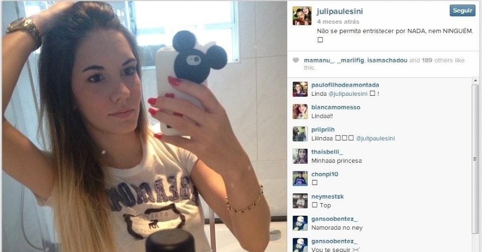 A namorada de Neilton, Juliana, sempre faz declarações de amor ao jogador nas redes sociais