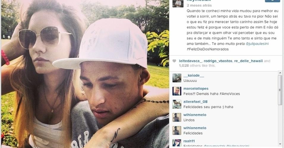 Juliana Paulesini, namorada de Neílton, atacante do Santos, tem uma tatuagem com a inicial do jogador no braço esquerdo